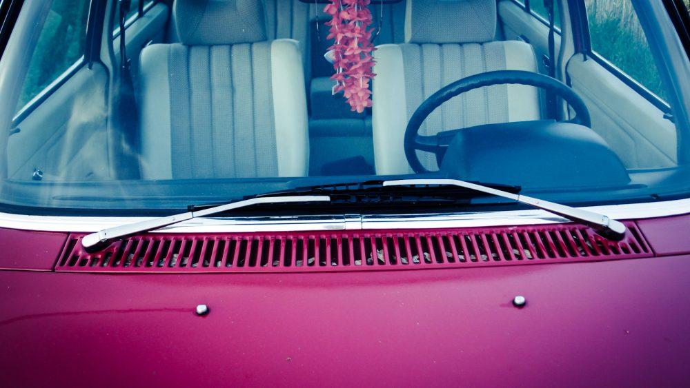 Lila bil med rostfria torkarblad